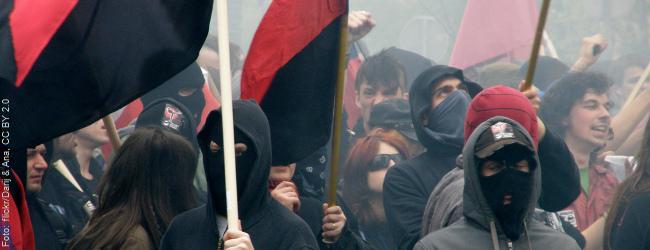 """Linksradikale Vereine und der """"Kampf gegen Rechts"""": Wiedereinführung der Extremismusklausel gefordert"""