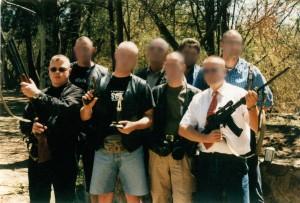 Posieren mit Waffen: deutsche Reisegruppe in Südafrika, ganz links V-Mann Tino Brandt.