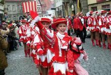 "Farbenfroher Protest gegen Corona-Hysterie: Tausende feiern in Marseille ""Corona-Karneval"""