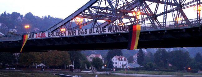 """Deutschlandfahnen und Spruchbanner auf Dresdner Brücke """"Blaues Wunder"""""""