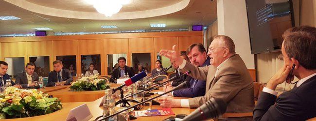"""Auftaktveranstaltung in der Moskauer Duma: Schirinowski lädt zum """"Kongreß friedliebender Kräfte"""""""