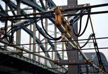 "Pilotprojekt ""eHighway"" in Hessen nimmt Betrieb auf: Lastzüge docken an Oberleitung an"