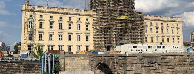 Trotz politisch korrekter Kritik: Restaurierte Kuppelkrone am Berliner Stadtschloß angebracht